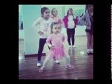 Маленькая девочка танцует на уроке (Смешное видео)