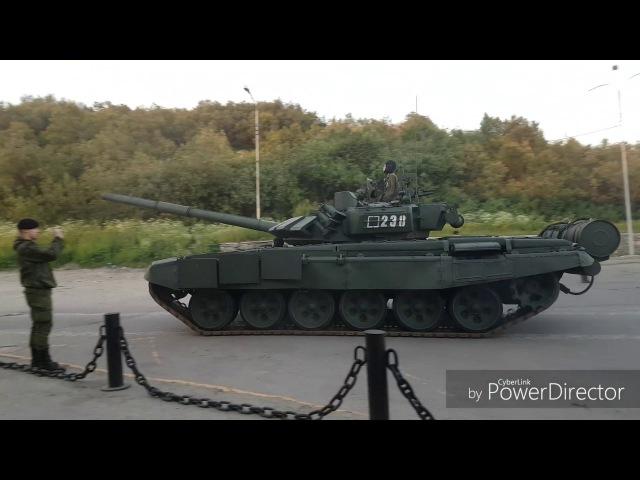 Репетиция парада военной техники (в том числе легенда Т-34) в Североморске на День Военно-Морского Флота