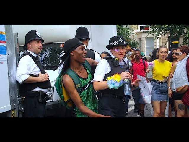Daggering Female Police officers at Notting Hill Carnival 2017