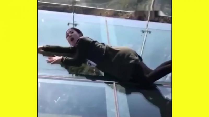Стеклянный мост Летающего дракона в Китае пугает туристов