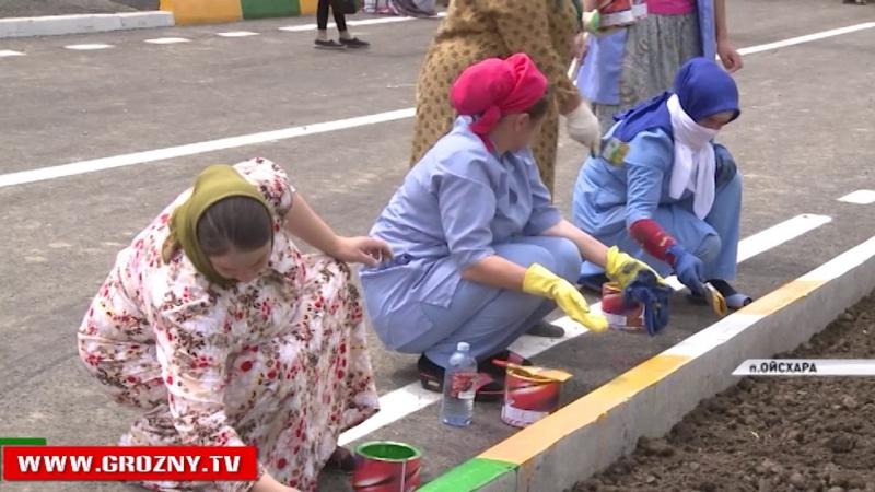 Будущие новоселы поселка Ойсхара наравне с рабочими участвуют в строительстве своих домов