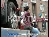 Забастовку верхом на эвакуаторе устроила хозяйка автомобиля