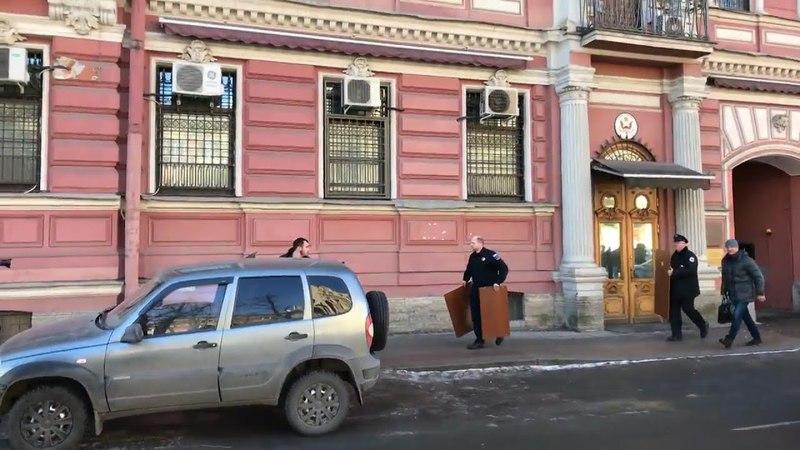 Ну вот т всё петербуржцы! Кто там заплнял лотерею гринкарт Дипломаты вывозят вещи из генконсульства США в Петербурге