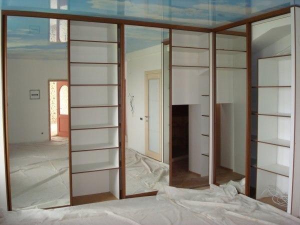 Что сначала — встроенный шкаф или натяжной потолок