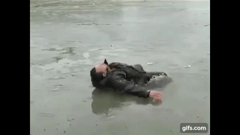 Выход на тонкий лед опасен для жизни. Это должен знать каждый.