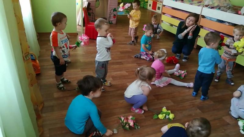 Танец с цветочками