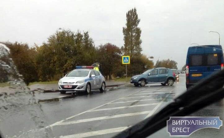 На Мошенского в результате ДТП автомобиль оказался на тротуаре