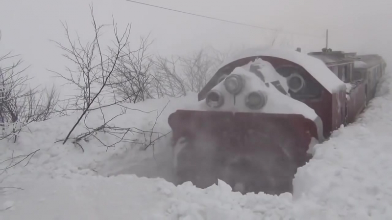 Поезда пробивают снежные заносы 2018
