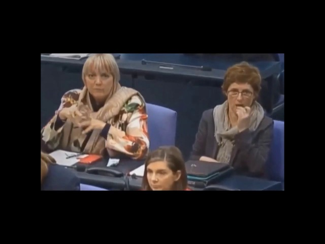 Claudia Roth versteckt verdächtiges Tütchen ( Drogen )