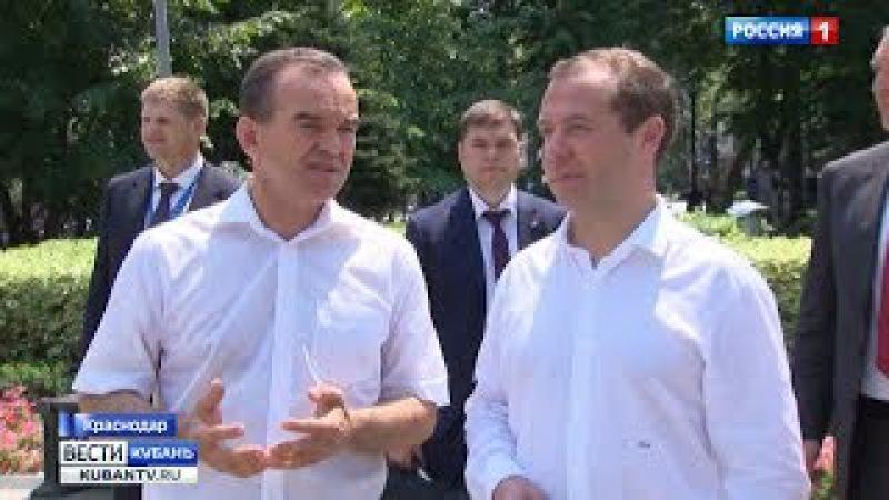 Дмитрию Медведеву показали сквер Дружбы народов в Краснодаре