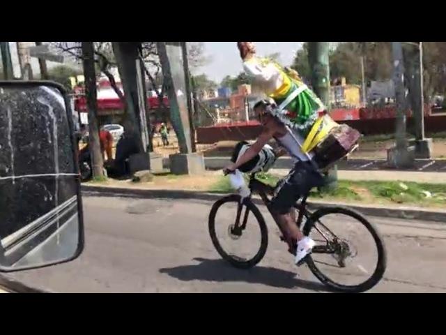Отвлекшийся велосипедист въехал в автомобиль
