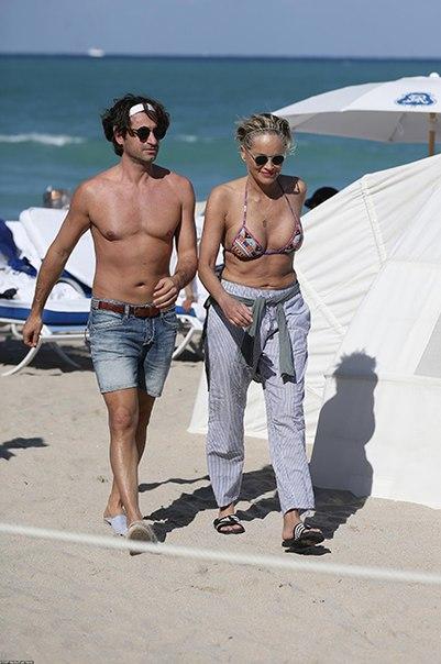 60-летняя Шэрон Стоун в бикини провела канун дня рождения на пляже с молодым бойфрендом.
