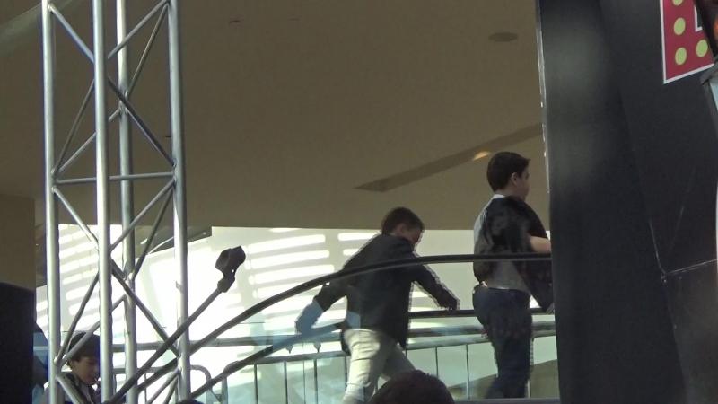 Пацаны идут по эскалатору в ТРЦ Вегас(24-км МКАД)