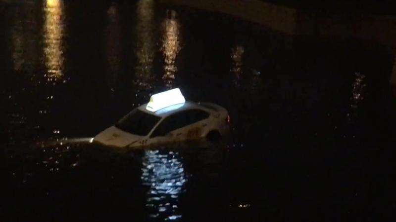 В Санкт-Петербурге в ночь с 16 на 17 ноября автомобиль «Яндекс.Такси» упал в реку Мойку. Проплыв несколько десятков метров, маши