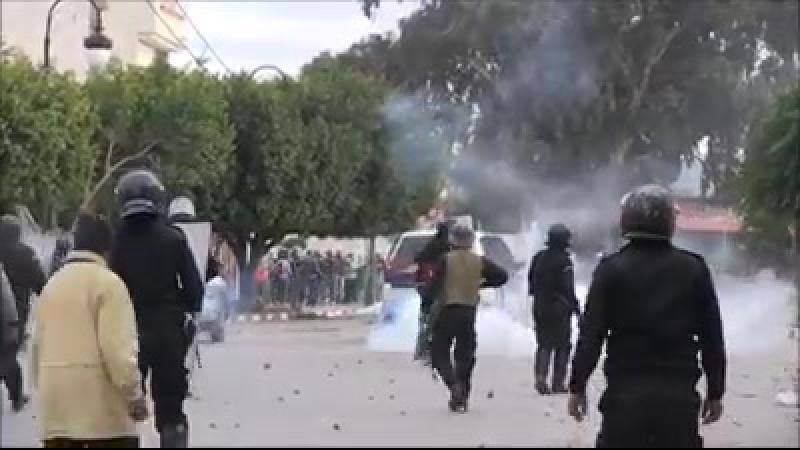 TUNISIE - 3 jours d'émeutes : La contestation se poursuit et gagne la capitale Tunis Un couvre-feu nocturne a été décrété vendr