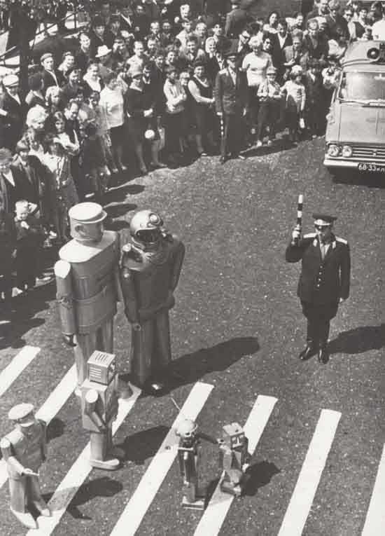 Советский регулировщик пропускает семью роботов. Москва, 1971 г.