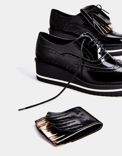 Туфли-блюхеры на танкетке, с перфорацией и заменяемой аппликацией