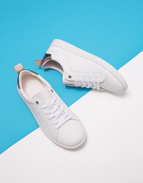Кроссовки со шнуровкой и металлизированной деталью