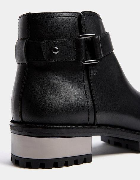 Байкерские ботинки на каблуке с металлизированной отделкой