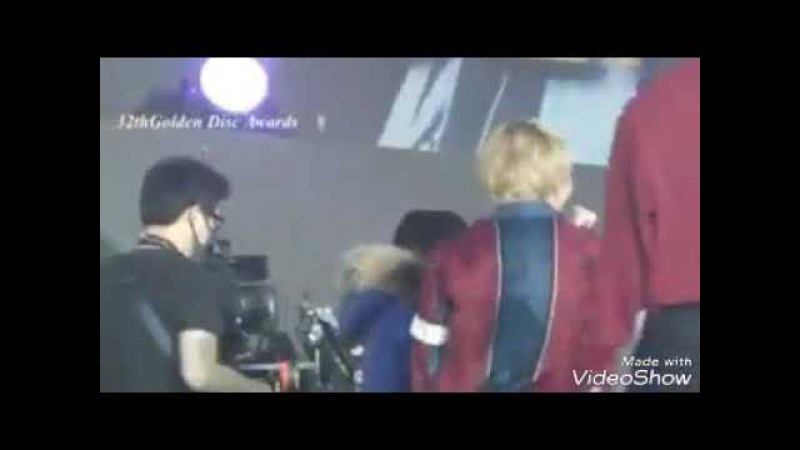 V(BTS) hugs staff after they won Daesang on GDA