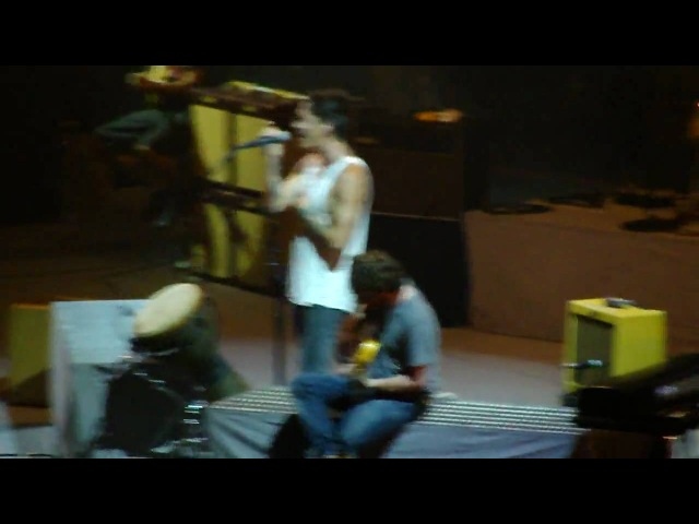 Incubus performing Drive but stopped by fans fighting.