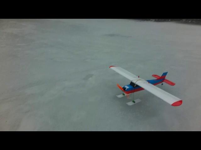 Первые полёты Cessna 150. Испытания лыжного шасси.