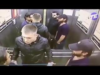 Драка в лифте один против троих. Кто победит