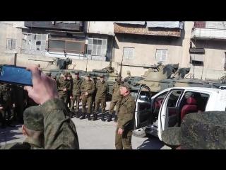 Алеппо качает! Российский боец читает рэп на улице в Сирии )