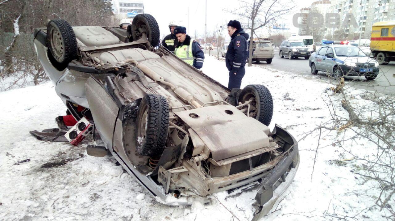 В Екатеринбурге «десятка» перевернулась после столкновения с деревом