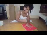 Девушка играет в игру с ножом и пальцами