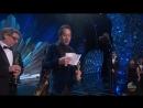 Люпита Нионго и Кумэйл Нанджиани вручают награду за Лучшую работу художника постановщика премии Оскар 2018