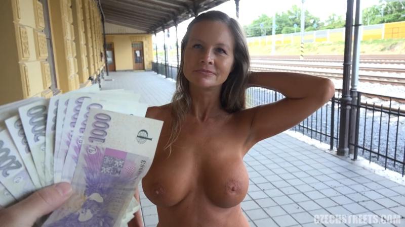 порно показала сиськи за деньги