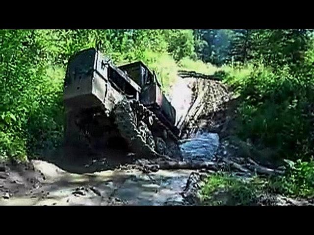 Трактор ДТ-75 месит грязь на бездорожье! Гусеничный трактор на бездорожье, что та ...