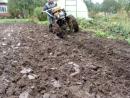 Вспашка сырой земли с сорняками