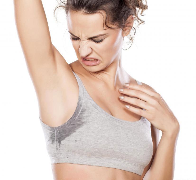 Удаление волос из подмышек может уменьшить чрезмерное потоотделение в этом районе.