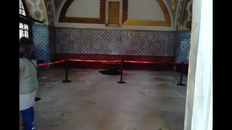 Внутри первого двора во дворце Топкапы находились государственные постройки и дворцовая кухня