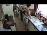 Жена моряка моет посуду пока муж отмечает приезд с друзьями