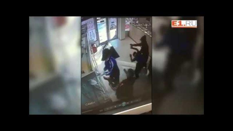 В Екатеринбурге охранники ювелирного магазина отбились от грабителей.