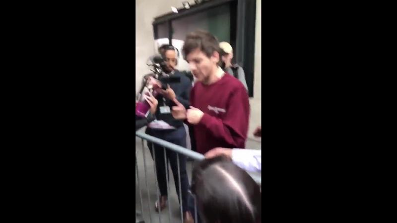 Луи возле студии BBC