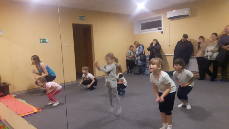 Детские танцы Праздник мам Разминка АМАЗОНКА фитнес зал