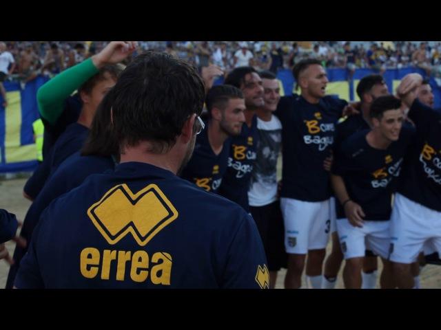 Parma Promosso in B, abbraccio Scavone-Lucarelli, esultanza di gruppo