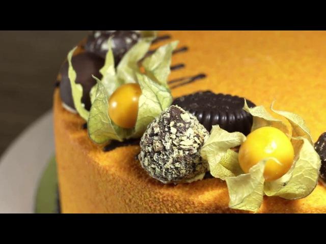 Торт праздничный велюровый, украшенный конфетами и физалисом