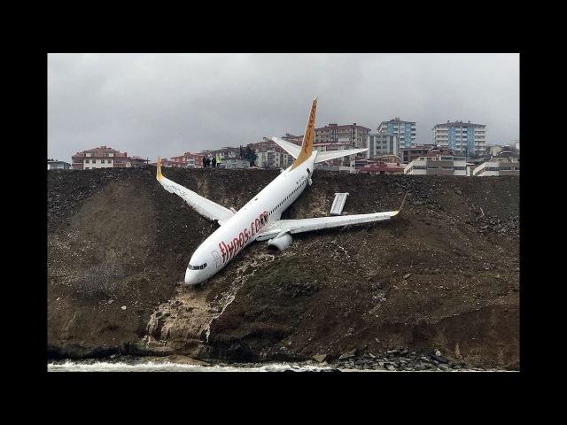 Самолет в Турции выкатился за пределы полосы и застрял на обрыве