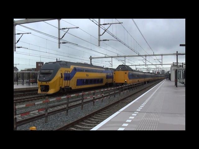 VIRM en ICMm komen tegelijk door station Utrecht Vaartsche Rijn