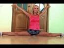 Девушка гимнастка на многое способна в мини-юбке