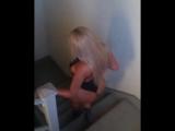 Развратная блондинка виляет большой попкой