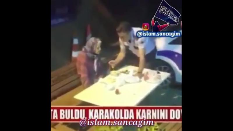 В Турции полицейский наткнулся на старушку , которая потеряла память. Он отвез её в участок. Обнаружив что она голодна, он посад