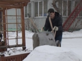 Вернемся в детство: строим горку из снега для ребятни