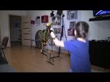Матео и скилет танцуют
