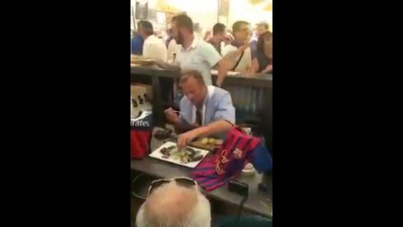 Мэр города Мон-де-Марсан съел крысу – он обещал это сделать, если «Барса» выбьет «ПСЖ» из ЛЧ
